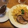 Pfefferspießbraten vom Schwein mit Biersoße und Pommes (11,50 €