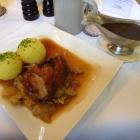 Foto zu Schloss Burgellern: Spanferkel-Schäuferl mit Bayrischkraut und Klößen