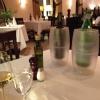 eingedeckter Tisch mit Blick in den Restaurantbereich