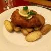 Wiener Schnitzel vom Kalbsrücken, ausgebacken in Butterschmalz, serviert mit Preiselbeeren, Bratkartoffeln