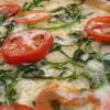 Flammkuchen mit frischen Tomaten und Spinat