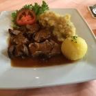 Foto zu Metzgerei Stöckle: Portion Kalbshaxe mit Knödel und Kartoffelsalat