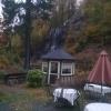 Biergarten mit Wasserfall