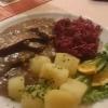 Hirschkeule in Rahm mit Rotkraut und Salzkartoffeln