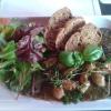 Kleines Senfragout vom Schweinefilet mit Zwiebeln, frischen Kräutern und Baguettescheiben