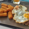 Bifteki mit Spiegelei und Kroketten