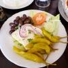 Schafskäse mit Oliven und Pepperoni