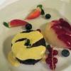 Tagesdessert: Schokokuchen mit Vanillesauce und Früchten