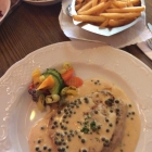 Foto zu Zum Hirsch: Pfefferrahmsteak vom Schwein, Pommes frites und Salat