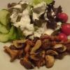 kleiner Vorspeisensalat mit gebratenen Pilzen