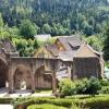 Klosterruine, rechts die Gaststätte