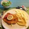 Schnitzel Wiener Art mit Pommes und Salat / kleine Portion