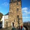 Teil der Restaurantterasse mit Turm der Stadtmauer