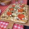 Flammkuchen m. Tomaten, Feta u. Pilzen