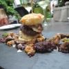 Kleiner Cheeseburger vom Reh mit Portwein-Zwiebelrelish, Pfälzer Lardo, Comté und Waldfritten