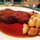 Foto zu Kapeller Hopfestubb: Rumpsteak mit Bratkartoffeln und Regentjus