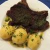 und Schweinekotelett vom Eichelschwein mit Kräuterkruste, Kartoffeln und Salat. ( 14,90 €