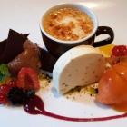 Foto zu Rittersturz: Mousse au Chocolat, Crème brûlée, Halselnussparfait, Pfirsichsorbet, Früchte am 1.9.18