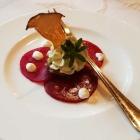Foto zu Rittersturz: Feiner Küchengruß: Rote Beete, Kräuterfrischkäse, aromatischer Pilzchip