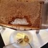 Honigwabe beim Frühstücksbuffet