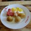 gebackene Banane und Apfel, Sesambällchen mit Nussfüllung und Früchte