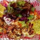 Foto zu Brauerei Gasthaus Lohhof: Salat mit Riesengarnelen und Wildkräuterrösti