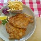 Foto zu Brauerei Gasthaus Lohhof: Wiener Schnitzel mit Preiselbeeren und Kartoffelstäbchen