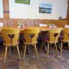 Foto zu Glockenstüberl: einer der Tische im Gastraum