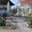 Foto zu Glockenstüberl: der Wirtsgarten neben dem Haus