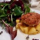 Foto zu Küche13: Pikanter Mangosalat mit asiatischer Fischfrikadelle und Wildkräutersalat