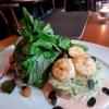 Thai-Pomelo-Salat mit warmen Garnelen und Wildkräutern