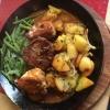 Jägerhof Pfanne bestehend aus kleinem Rumpsteak, kleines Putensteak, Medaillon vom Schweinefilet, Speckbohnen, Pfeffersauce und dazu Bratkartoffeln (18,90 €