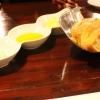 Brot mit zweierlei Dip und Olivenöl