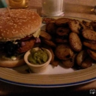 Foto zu Miss PeppeR - Bockenem: Spicy Bean Burger 100% pure veggie (Knuspriger Patty aus dreierlei Bohnen) mit Bratkartoffeln und Guacamole