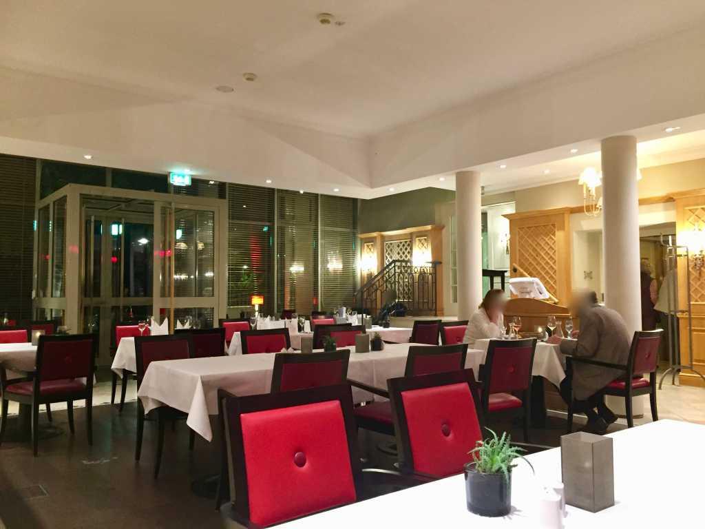 Hochwertig Affordable Wir Betreten Einen Modern Gastraum Wei Eingedeckte Tische Braune  Sthle Mit Roten Bezgen Brauner Eine Weie Decke With Weier Tisch Braune Sthle