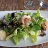 Garnelen, geräuchert bzw. gebraten, auf frischem Salat in Orangen-Senf-Vinaigrette