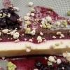 Creme Brulée Schnitte mit weißer Schokolade, eingemachten Heidelbeeren und Crumbles