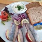 Foto zu Weinstube Luzia Dietz: Matjes  mit  Brot und Kräuter-Creme