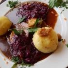 Foto zu S' Wirtshaus: Sauerbraten  mit Rotkraut und Kartoffelknödel,(04.11.18)