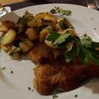Foto zu S' Wirtshaus: Schnitzel Wiener Art mit Bratkartoffeln und Salat vom Buffet, 11.01.19