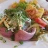 Drei zarten Edel-Matjesfilets mit Remouladensoße und Bratkartoffeln