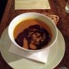 Kürbissuppe mit Öl und Kernen
