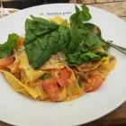 Foto zu Mohren-Post: Papadelle mit Pfifferlingen, Tomatenwürfeln, Lauchzwiebeln in Rahm, Babyspinat und Parmesam - sehr fein!