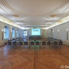 Foto zu Schwäbisches Bildungszentrum Kloster Irsee: Der repräsentative Vortragsaal bietet Platz für bis zu 190 Personen.