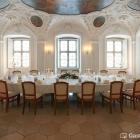 Foto zu Schwäbisches Bildungszentrum Kloster Irsee: Der historische Kapitelsaal bietet einen einmalig festlichen Rahmen für ein Dîner, eine Familienfeier oder ein gehobenes Geschäftsessen.