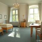 Foto zu Schwäbisches Bildungszentrum Kloster Irsee: Großzügige, helle Gästezimmer verfügen über kostenfreien Internetzugang.