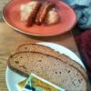 Bratwürste mit Kraut und Brot