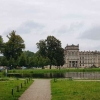 Zuweg zum Schloss und zur Wache (ganz links versteckt hinter den Bäumen )