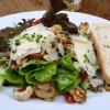 Gartensalate mit gebratenen Pilzen, Kernen und Parmesan