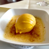Crème brûlée von der Tonkabohne mit Mangosorbet